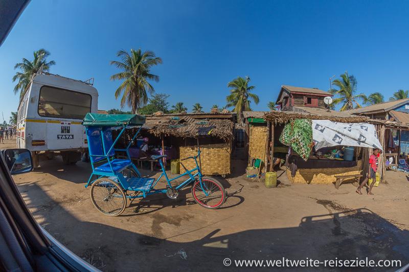 Blaues Fahrrad Rikscha, in Morondava