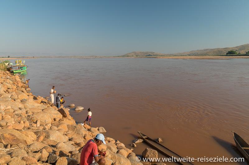Leute am Fluss Mahajilo, Ort Miandrivazo