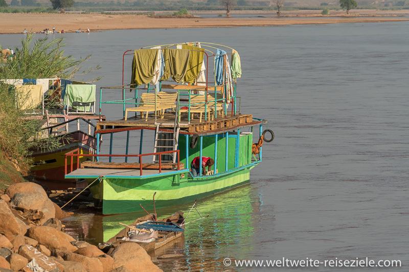 Motorboot für Flussfahrt auf dem Mahajilo von Miandrivazo aus