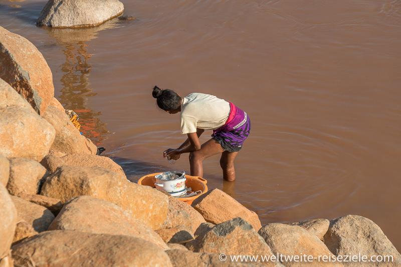 Frau beim Abspülen des Geschirrs, Fluss Mahajilo, Miandrivazo