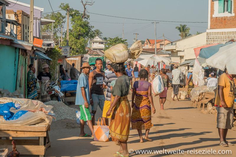 Buntes Treiben mit vielen Einheimischen, Hauptstrasse von Miandrivazo