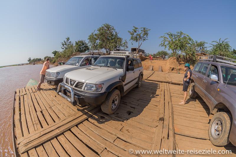 Fähre für die Geländewagen über den Fluss Tsiribihina