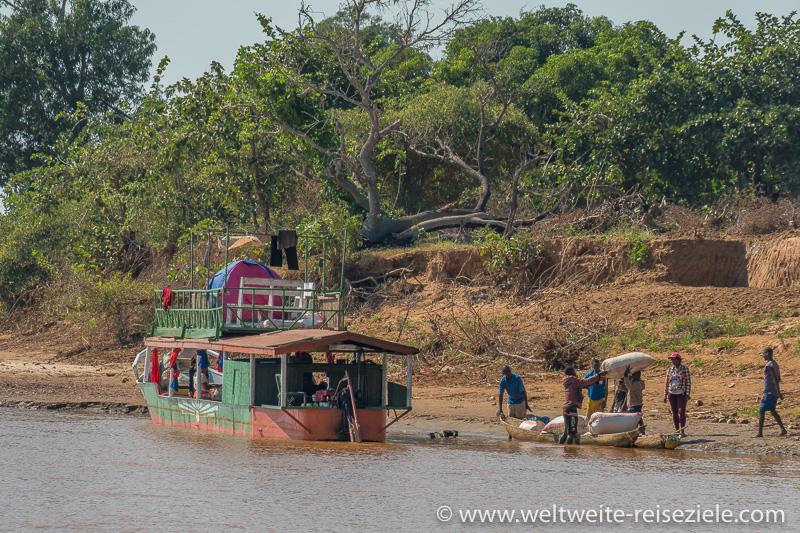 Anlegestelle für Schiffe die Erdnüsse über den Fluss Tsiribihina verladen