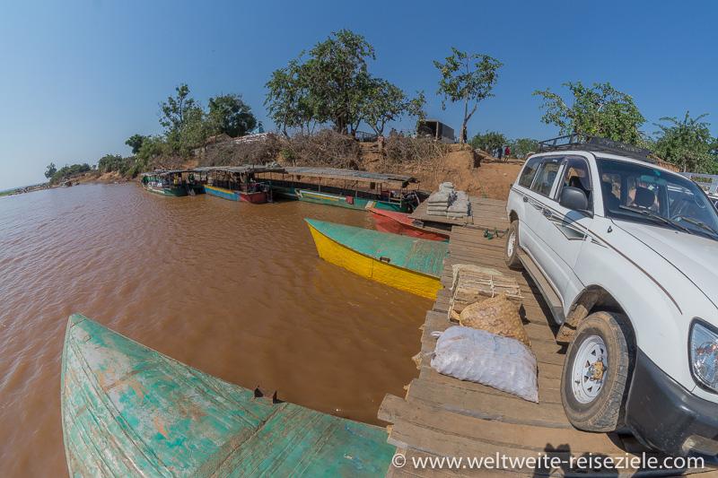Geländewagen auf der Fähre über den Fluss Tsiribihina an der Anlegestelle