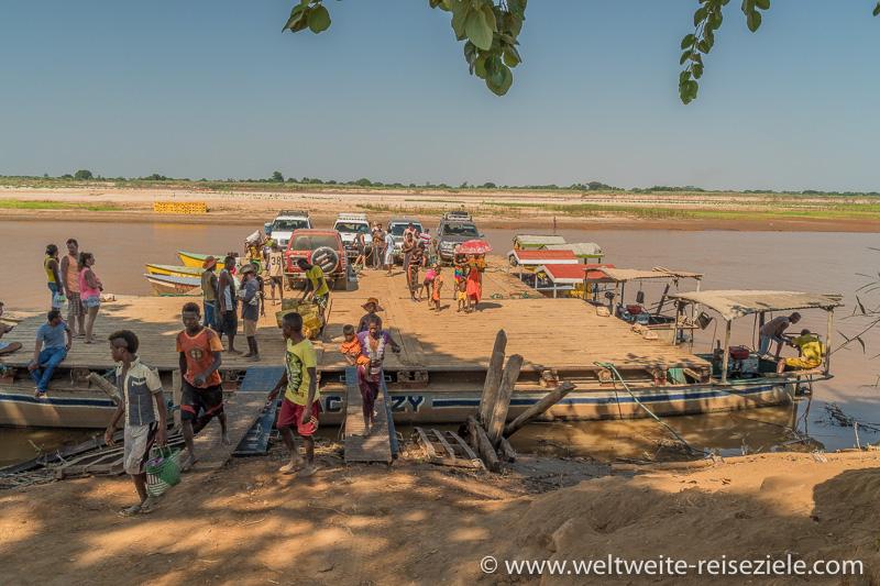 Einheimische steigen aus an der Anlegestelle von Belo Sur Tsiribihina