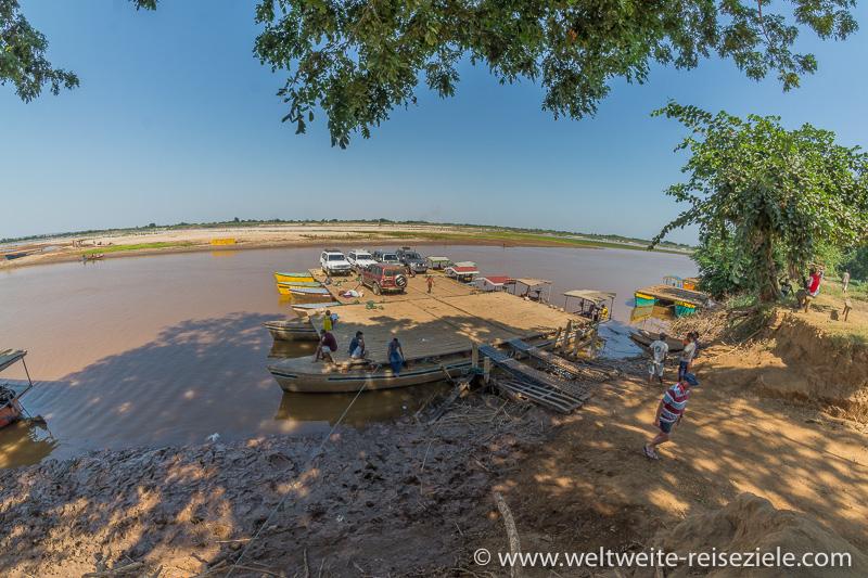 Fähre mit Geländewagen an der Anlegestelle von Belo Sur Tsiribihina
