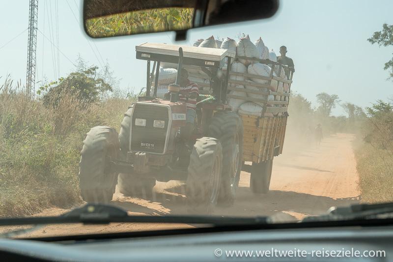 Schwer beladenen Traktor mit Erdnüssen, Staubstrasse von Belo Sur Tsiribihina nach Bekopaka