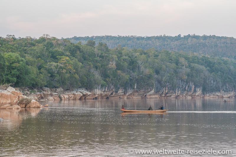 Flussfahrt mit Piroge auf dem Manambolo Fluss, Madagaskar