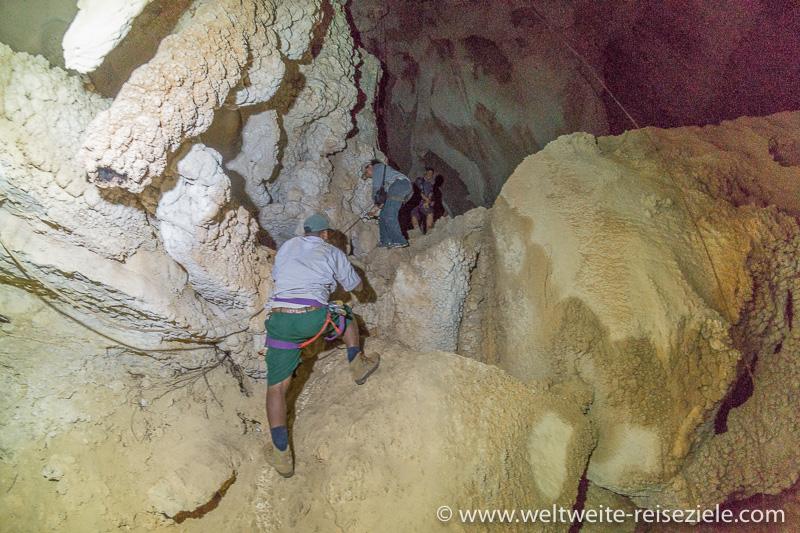 Etwas schwieriger Abstieg mit Seil in einer Höhle im Nationalpark Tsingy de Bemaraha