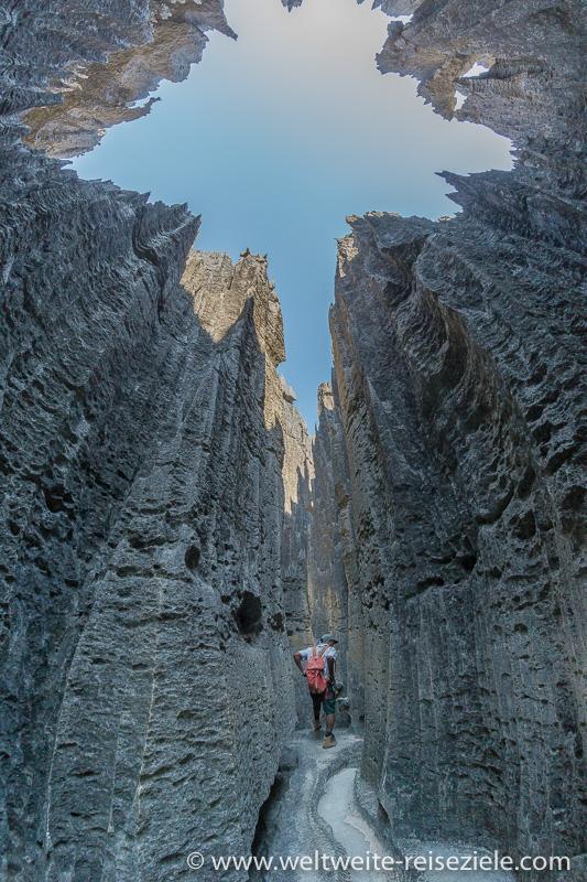 Wanderung durch schmale Schlucht zwischen Kalksteinfelsen Tsingy de Bemaraha