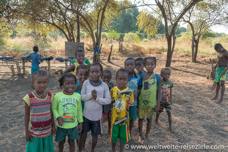 Einfache Dorfschule mit Kindern der Einheimischen, Madagaskar