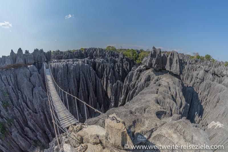 Hängebrücke über Schlucht, Wandertour durch den Tsingy de Bemaraha