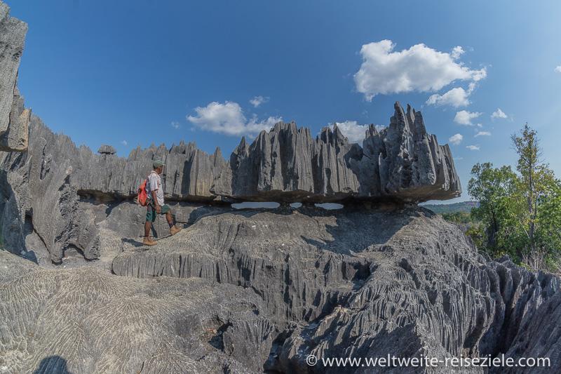 Von der Erosion frei gelegte Kalkstein Skulpturen am Tsingy de Bemaraha