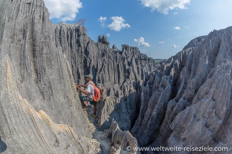 Wanderung duch die scharfen Kalksteinfelsen am Tsingy de Bemaraha