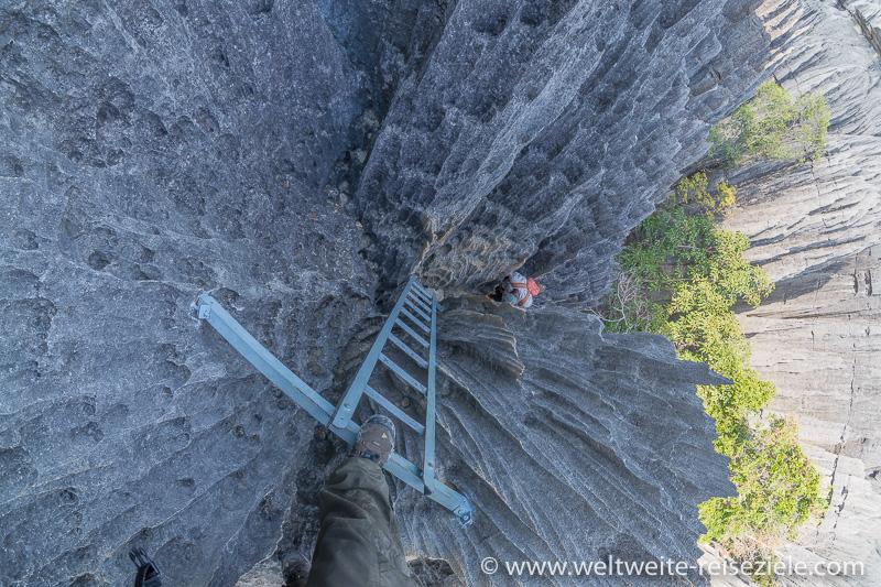 Steiler Abstieg über Leiter, Wandertour Tsingy de Bemaraha