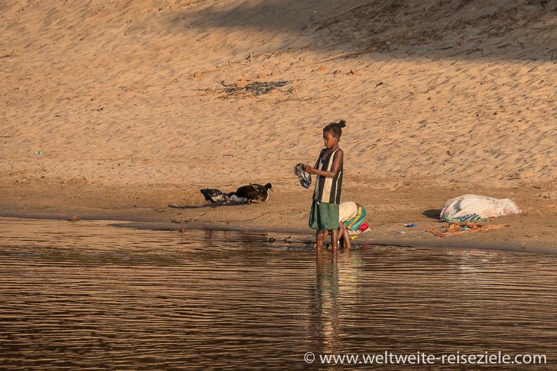 Kinder waschen Wäsche am Fluss Manambolo