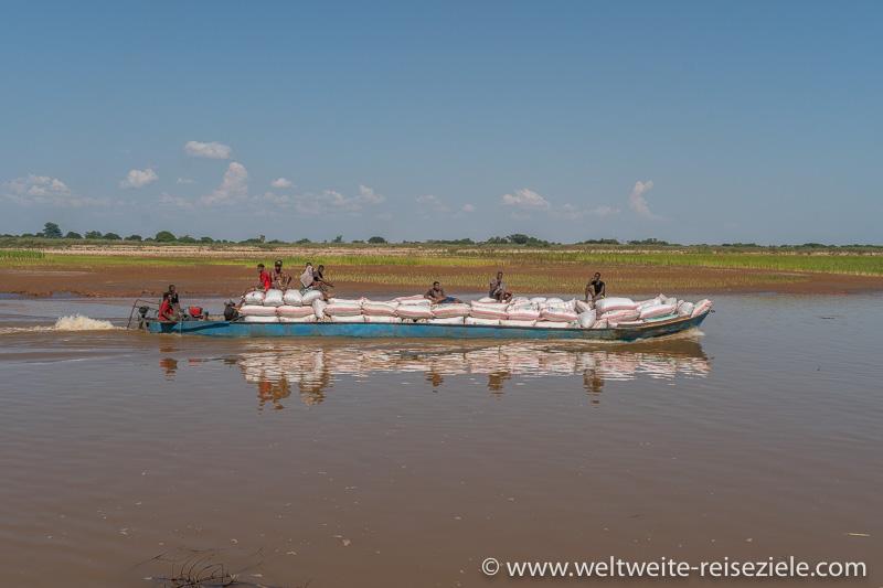 Boot schwer beladen mit Erdnuss Säcken am Fluss Tsiribihina