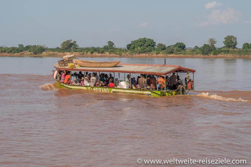 Schwer bledenes Schiff mit Einheimischen am Fluss Tsiribihina
