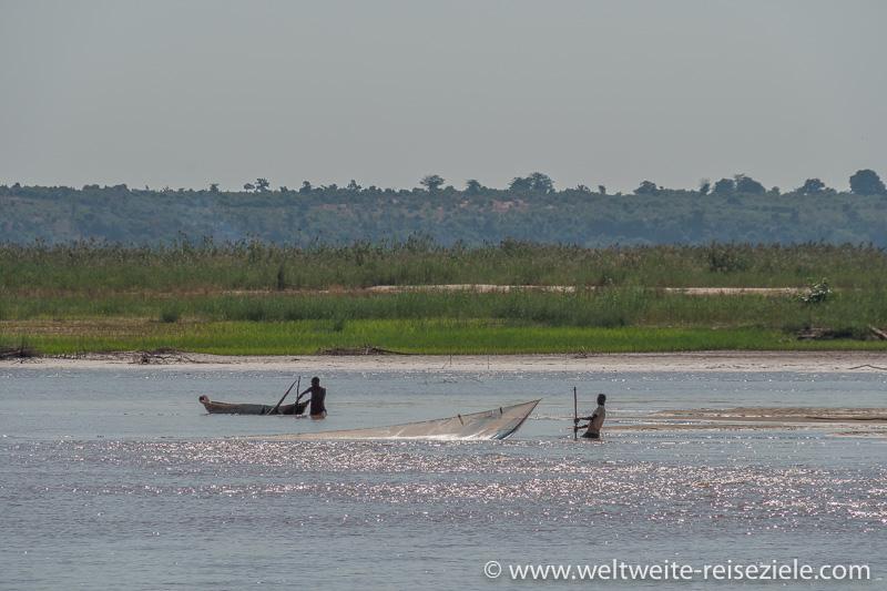 Fischer versuchen ihr Glück auf dem Tsiribihina Fluss