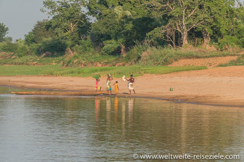 Einheimische mit Piroge am Ufer des Flusses Manambolo