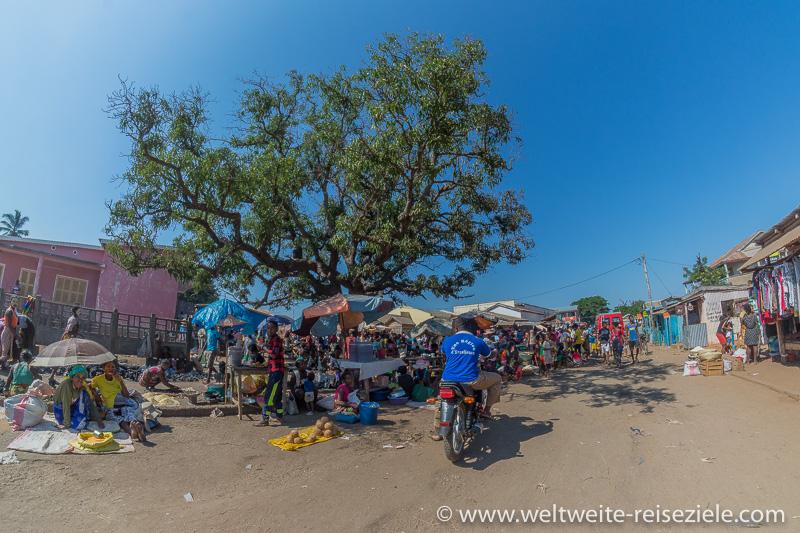 Viele Menschen am Markt von Belo Sur Tsiribihina