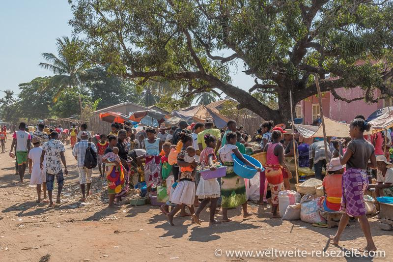 Buntes Treiben am Markt von Belo Sur Tsiribihina