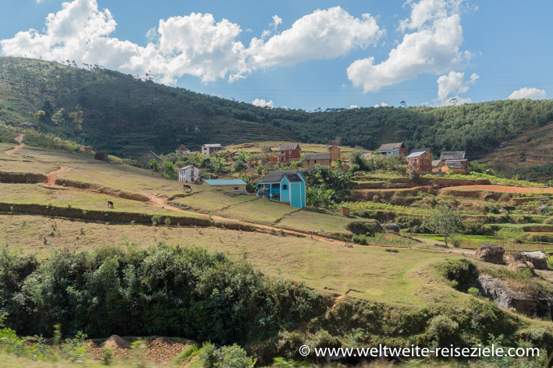 Typische Häuser und Reisterrassen auf dem Weg von Andasibe nach Antananarivo