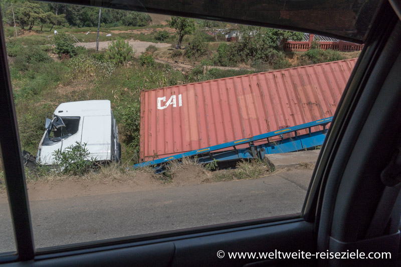 Verunglückter Lastwagen Strasse von Andasibe nach Antananarivo