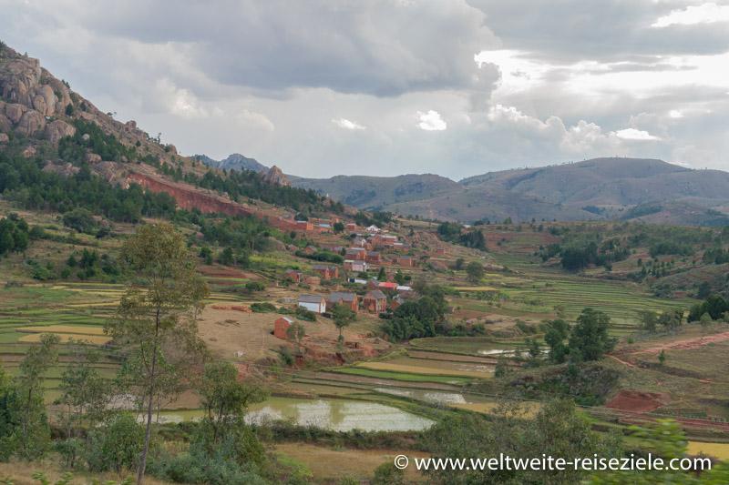 Zentrales Hochland von Madagaskar, zwischen Antananarivo und Behenjy mit typischen Häusern und Reisfeldern.