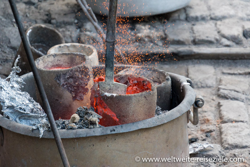 Flüssiges, glutrotes Aluminium ein einer Giesserei, Madagaskar