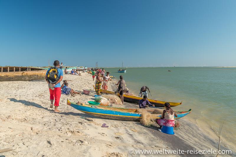 Fischer säubern ihre Netze am Strand von Betania