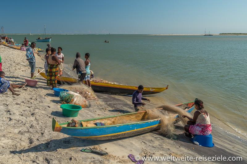 Bunte Einbäume und Fischer am Strand von Betania, Madagaskar