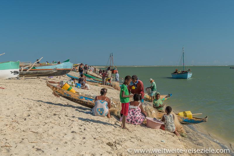 Einheimische und Fischerboote, Strand Betania, Morondava