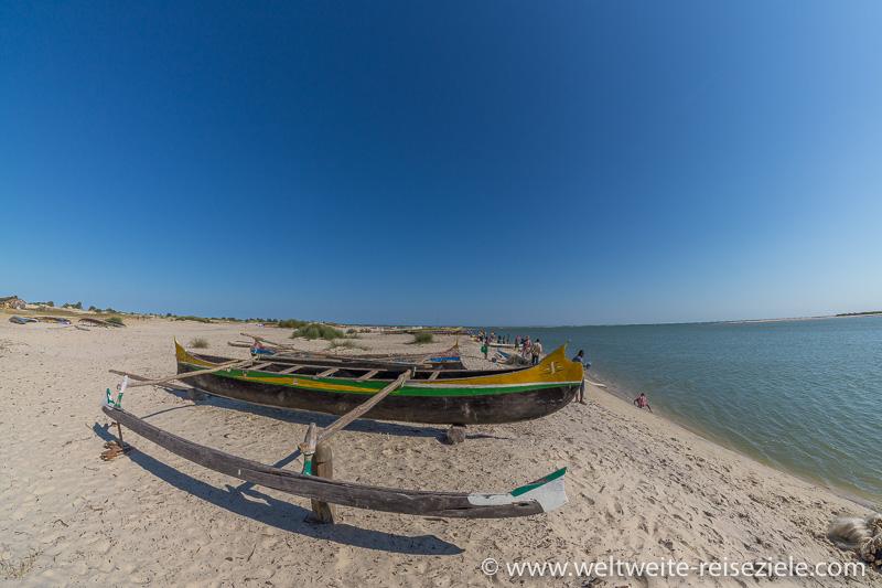 Bunte Piroge, Fischerboot, Strand Betania