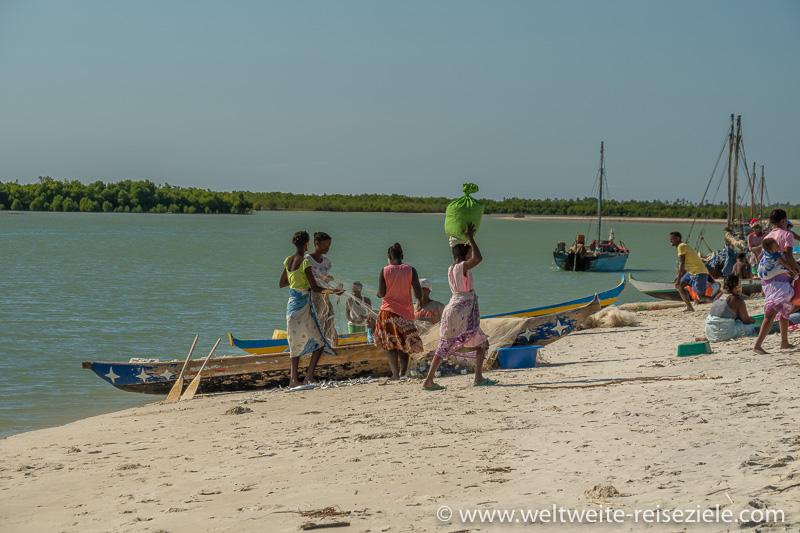 Buntes Treiben der Einheimischen und Fischerboote, Strand Betania