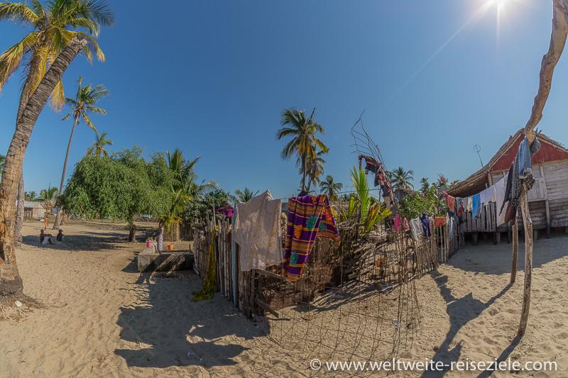Bunte Wäsche hängt zum Trocknen, Madagaskar, Morondava