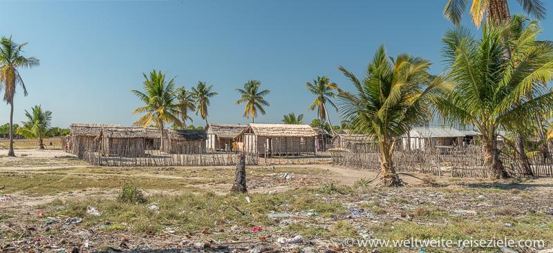 Einfache Häuser aus Schilfrohr und Holz im Dorf Betania, Morondava
