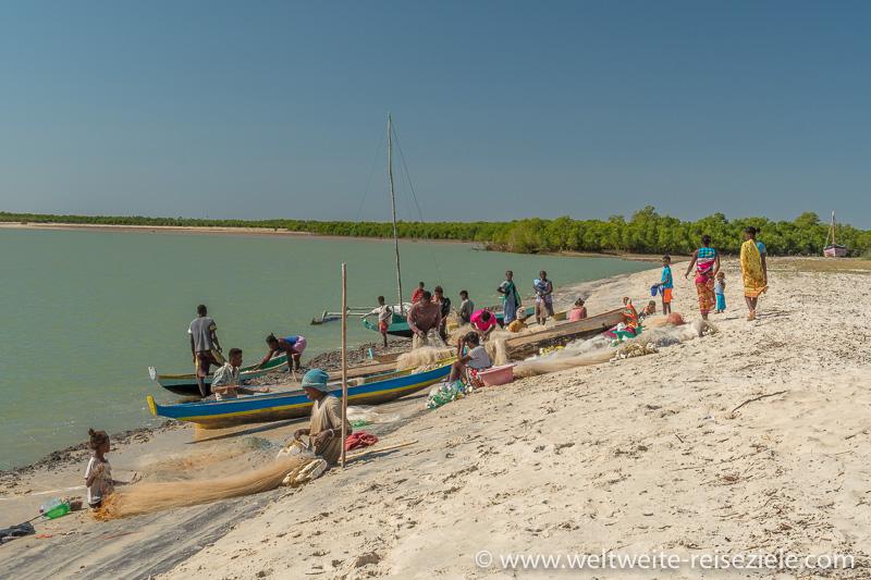 Buntes Treiben der Einheimischen am Strand von Betania, Morondava