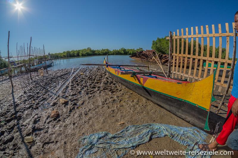 Gelbes Auslegerboot, Ausflug Morondava Mangroven