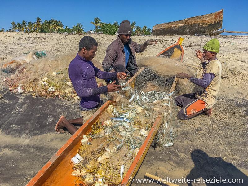 Orange Piroge mit Fischern, Betania, Madagaskar