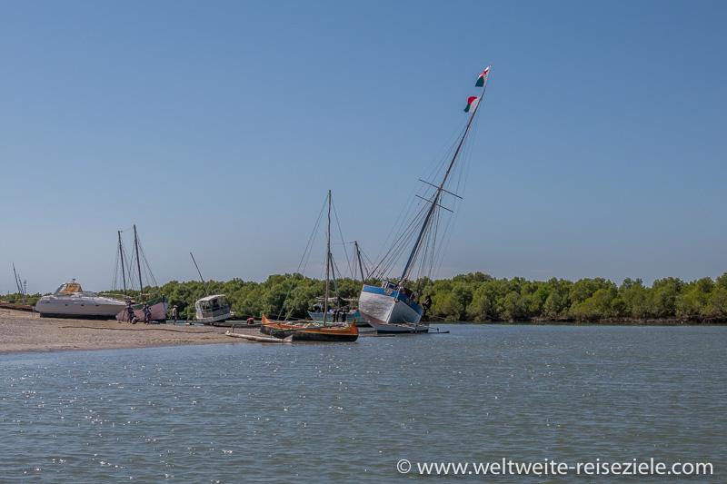 Bei Ebbe liegen die Schiffe am Strand, Anleger Morondava.