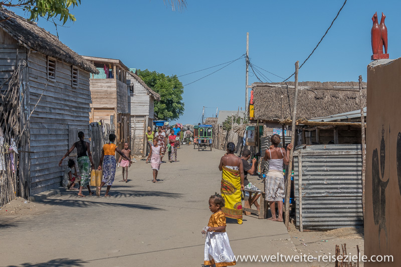 Strasse zum Hafenanleger in Morondava