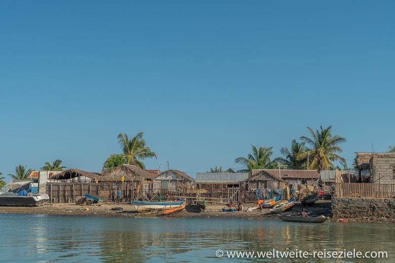 Bunte Boote, Anleger der Schiffe von Morondava zur Insel Betania