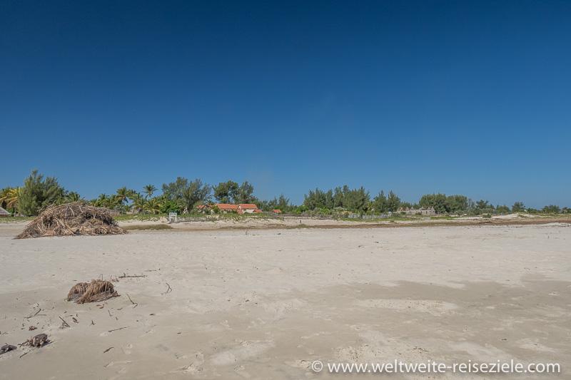 Blick vom Strand von Morondava zur Zone der Hotels, Sun Beach Hotel
