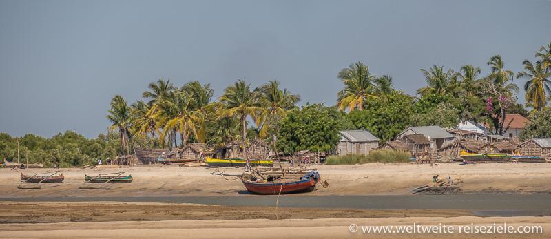 Schiffe liegen bei Ebbe am Strand von Betania, Morondava, Madagaskar