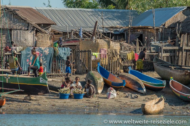 Bunte Boote und Einheimische, Anleger der Schiffe von Morondava zur Insel Betania