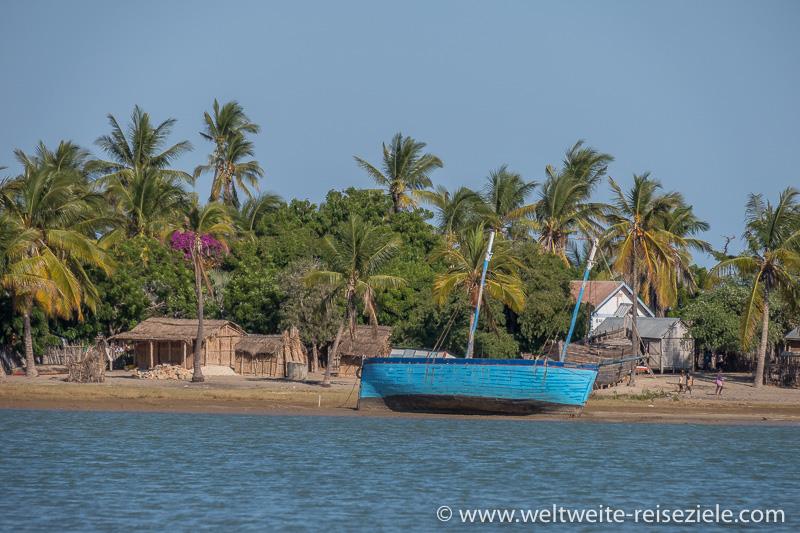 Blaues grösseres Schiff liegt am Strand von Betania