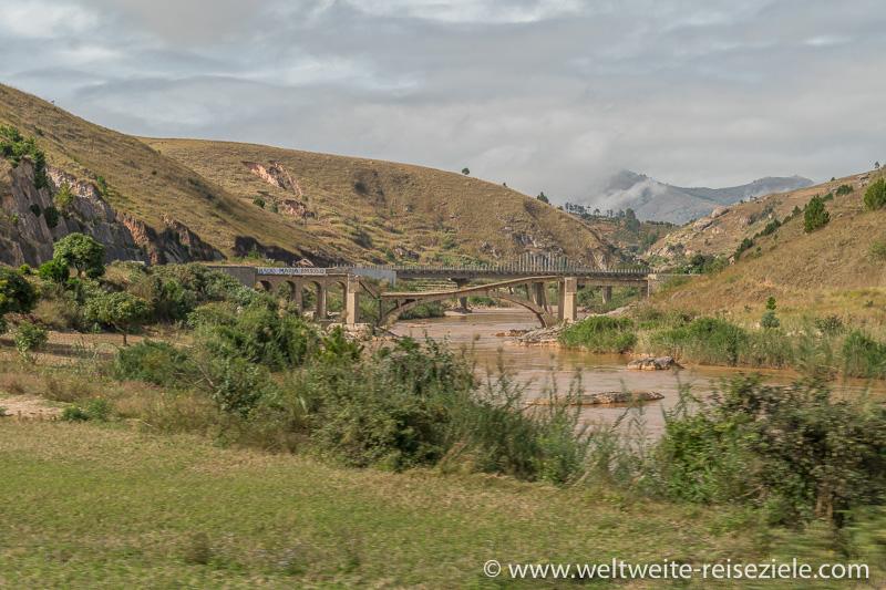 Brücke über einen Fluss im Zentralen Hochland von Madagaskar, Strasse Antsirabe Ambositra