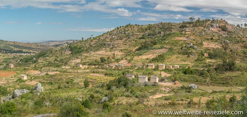 Landschaft im Zentrum von Madagaskar, mit Reisterrassen und typischen Häusern, zwischen Ambositra und Ivato.