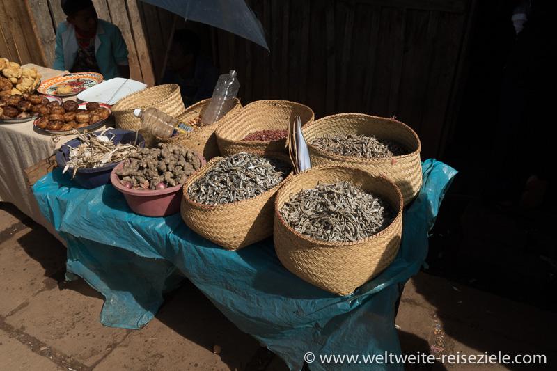Getrocknete kleine Fische und andere Lebensmittel an einem Essensstand in Ivato